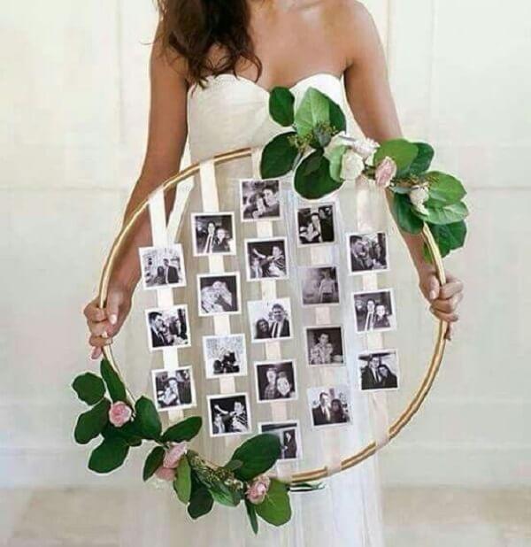 O mural de fotos para a decoração de noivado pode ser feita com bambolê