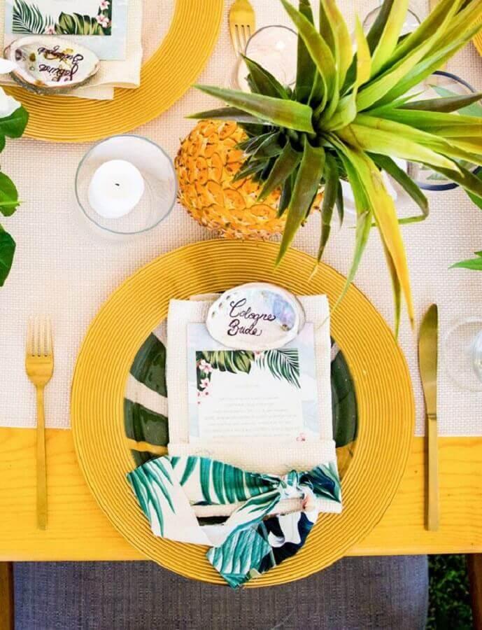 abacaxis e louças douradas para decoração de mesa de festa tropical Foto Pinterest