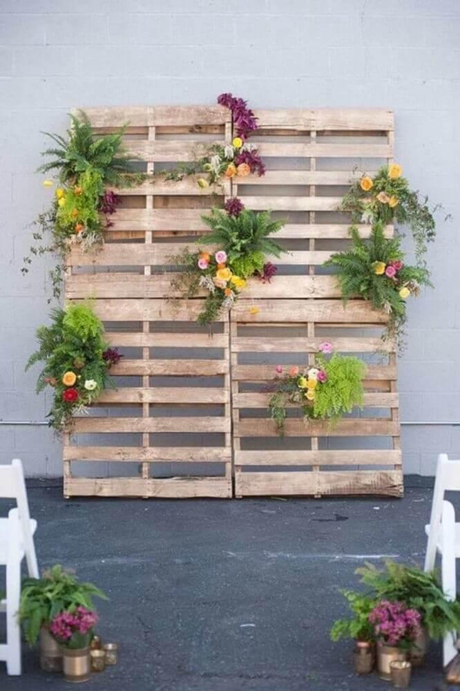 altar de pallets decorados com flores para casamento em casas simples Foto UP Station