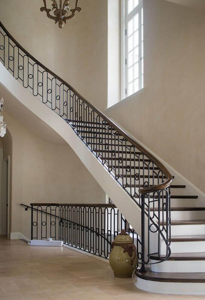 ambiente moderno com escada preta com guarda corpo com barras de ferro Foto ArchDaily (2)