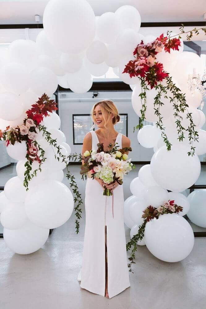 white bladder arch and flower arrangements for wedding decoration Photo Short Hair Girl