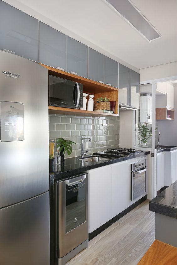 armário de cozinha - armários cinzas em cozinha compacta