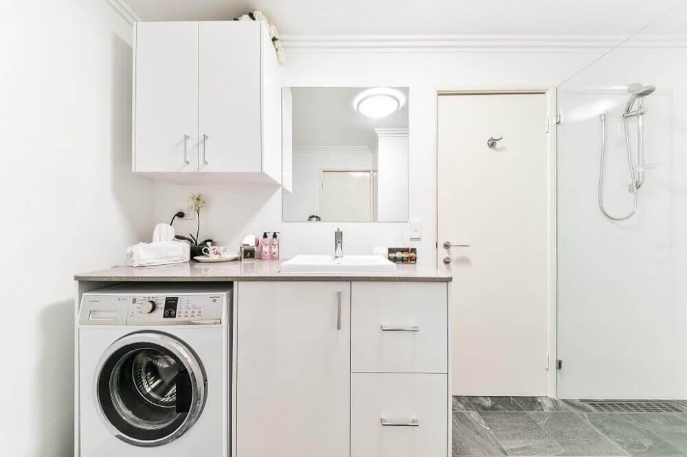 armário para lavanderia dentro do banheiro Foto Paramount Creations