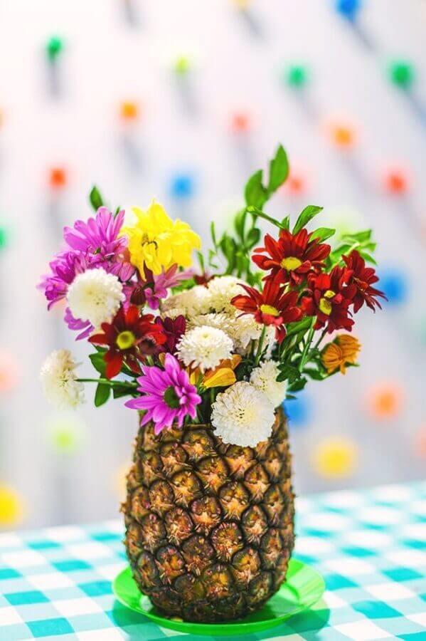 arranjo de flores dentro de abacaxi para decoração de festa tropical Foto Roofing Brooklyn