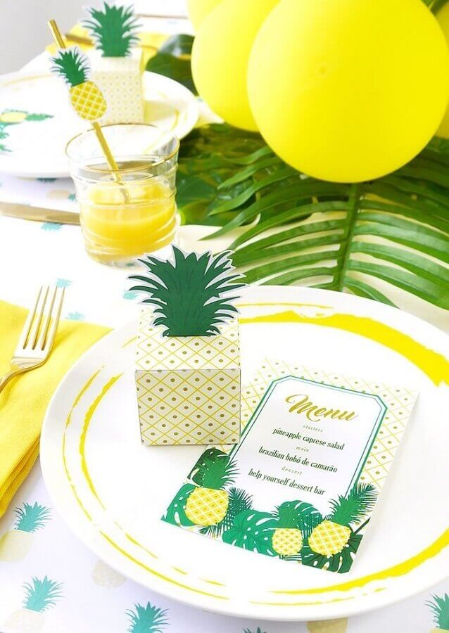 leaf balloons and pineapple-shaped box for tropical party table decoration Foto Pinterest