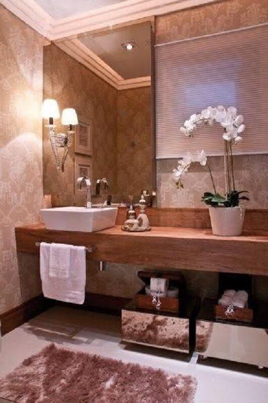 banheiro decorado com espelho bronze e bancada de madeira Foto Pinterest