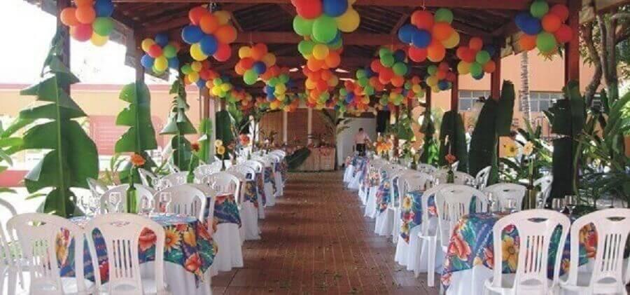 bexigas coloridas e folhagens para decoração de festa tropical simples Foto Decoração e Projetos