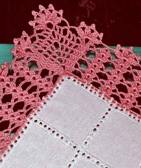 Bico de crochê com detalhes rosa