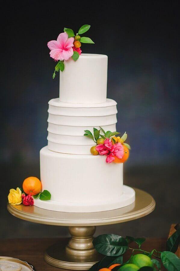 bolo de casamento com tema festa tropical decorado com flores coloridas Foto Brides