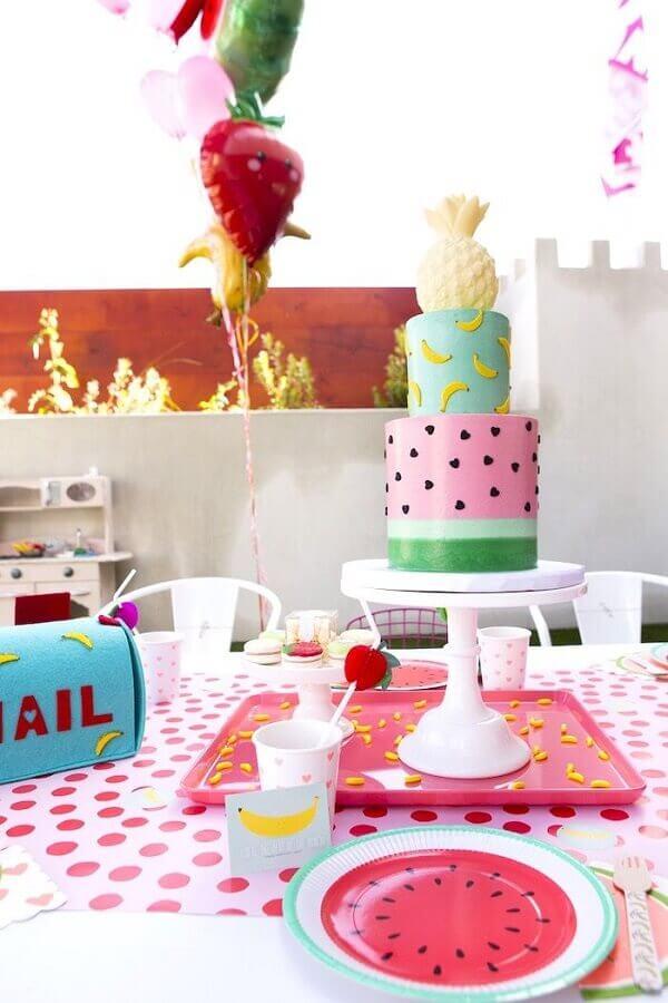 bolo decorado com estampa de banana melancia e abacaxi no topo para festa tropical Foto Pinterest