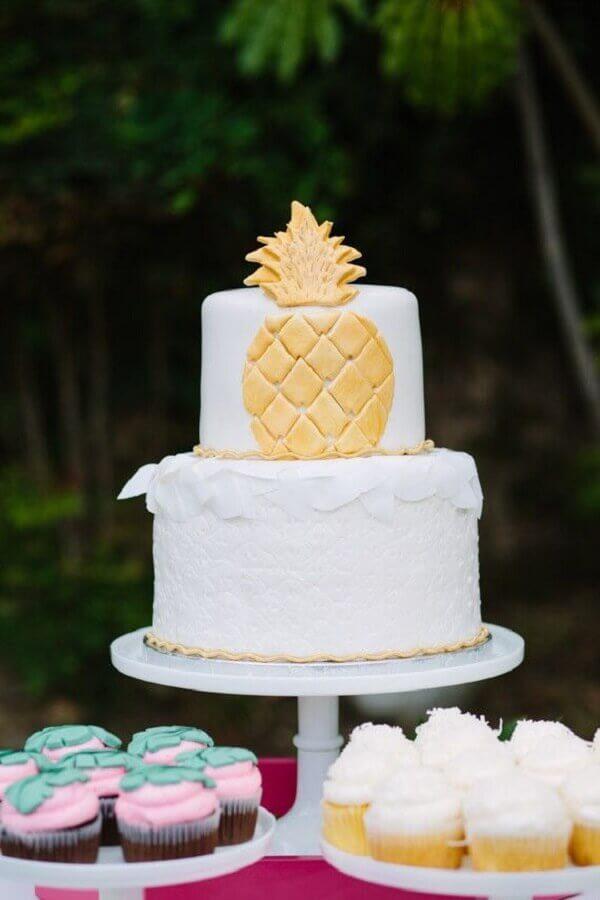 bolo tropical branco com abacaxi dourado Foto Pinterest