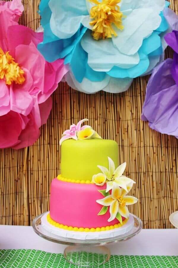bolo tropical rosa e amarelo decorado com flores Foto 321achei