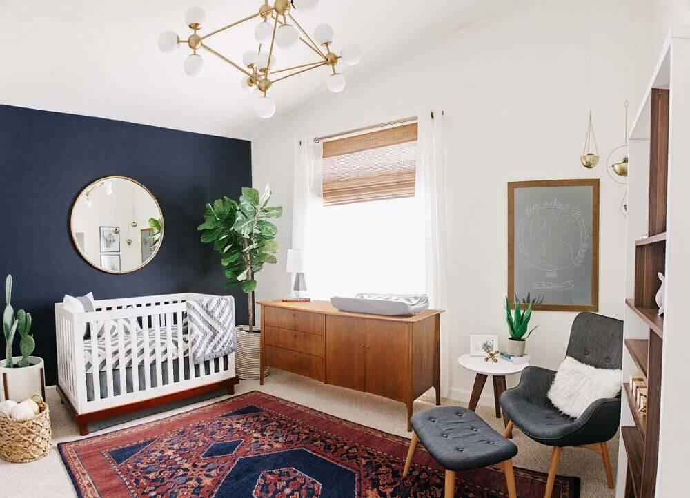 cadeira de amamentação moderna para quarto de bebê com tapete tipo persa e parede azul marinho Foto Project Nursery
