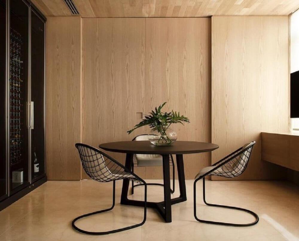 cadeiras modernas de ferro para mesa redonda de madeira Foto WF Arquitetos