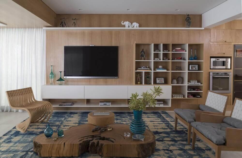 cadeiras modernas para decoração de sala com mesa de centro de madeira de demolição Foto Eliane Mesquita