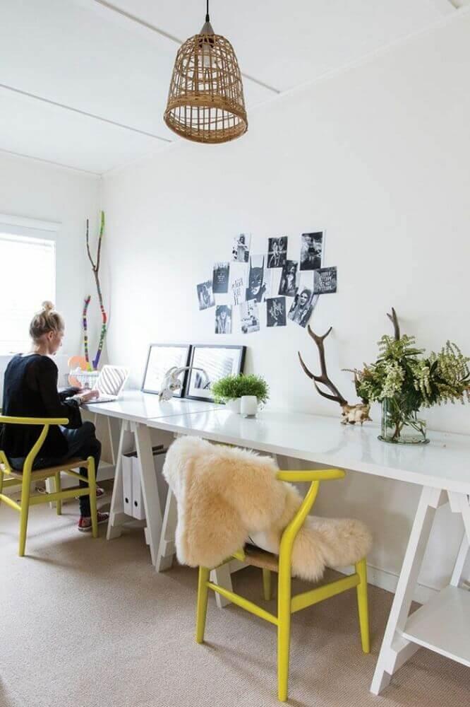 cadeiras modernas pintadas de amarelo para home office todo branco Foto Archzine