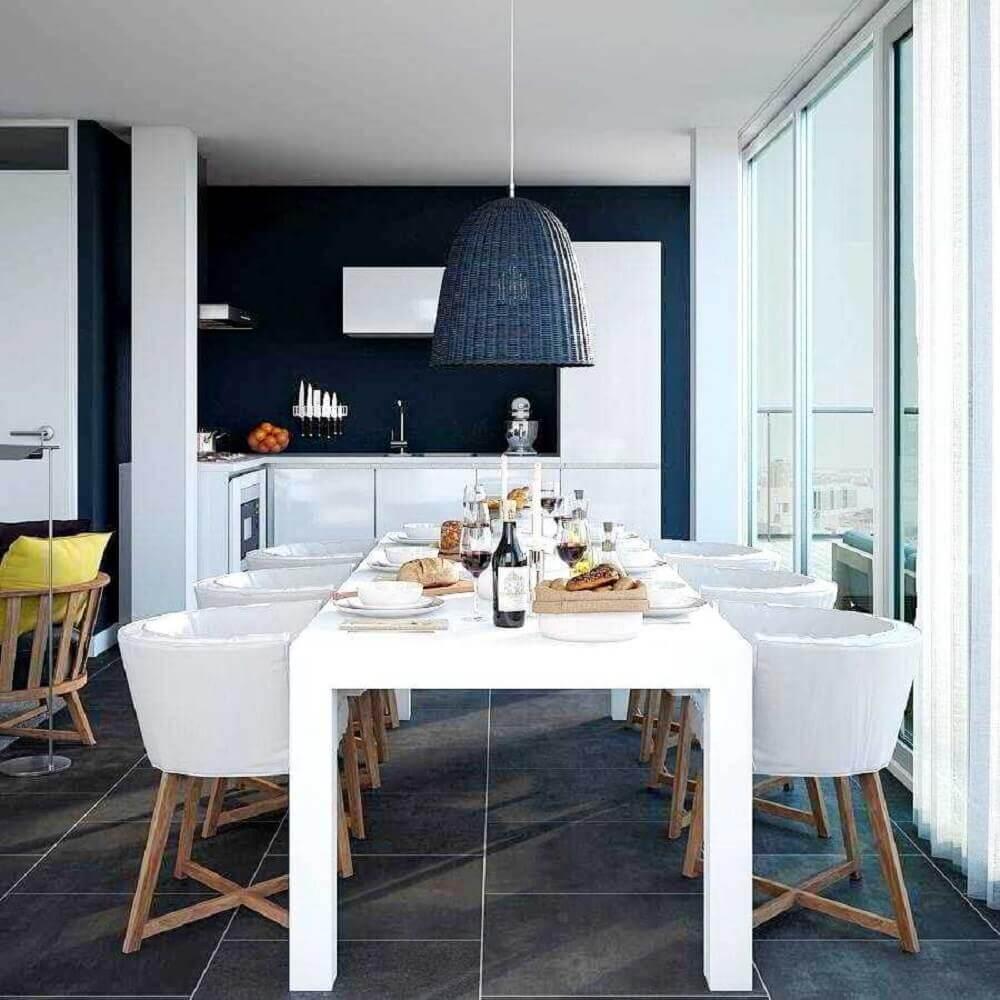 cadeiras para sala de jantar modernas decoradas em tons de branco e azul com pendente sobre a mesa Foto InMyRoom