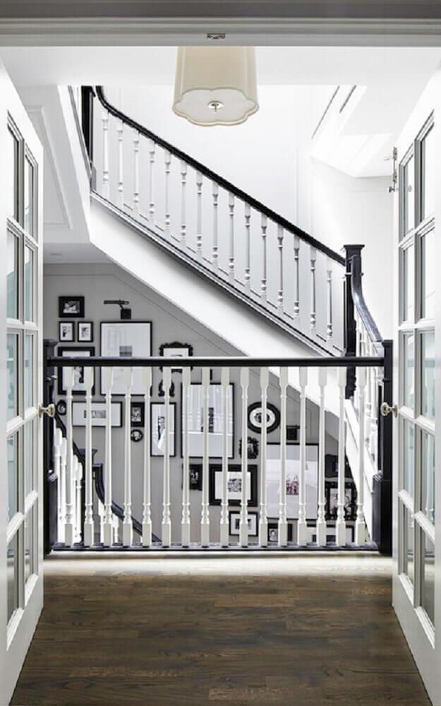 casa com guarda corpo de madeira pintado de branco e preto Foto Decorpad