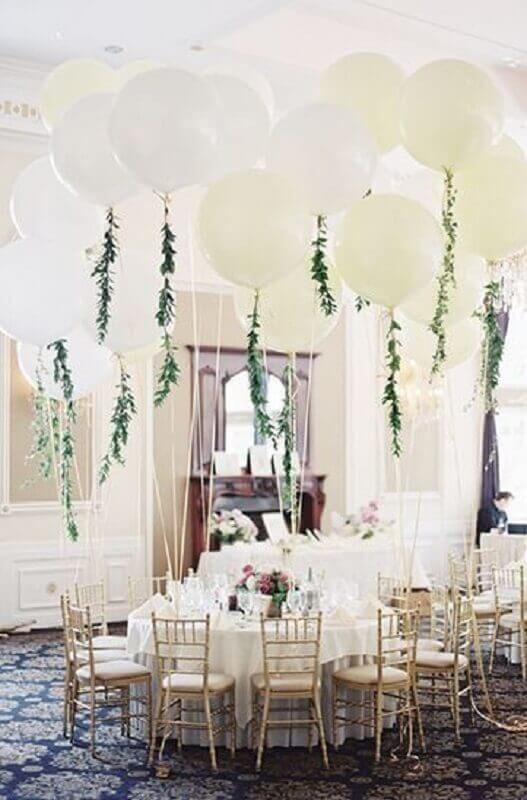 wedding decorated with white balloons and foliage Foto Pinterest