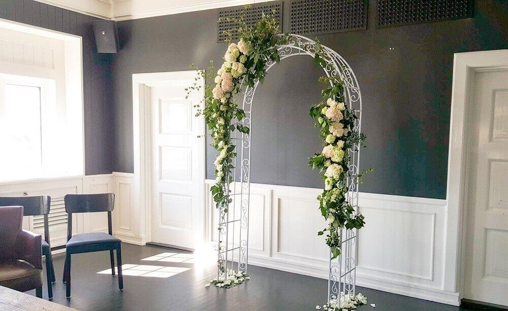 casamento em casa com altar decorado com flores Foto Rosehagen