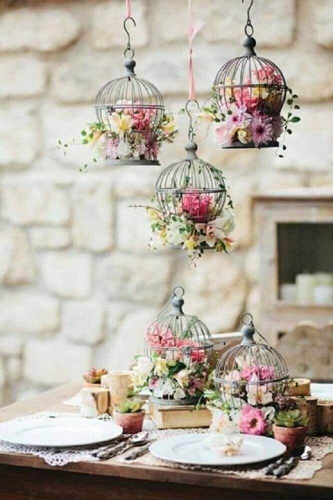casamento simples em casa com gaiolas de flores Foto Pretty Designs