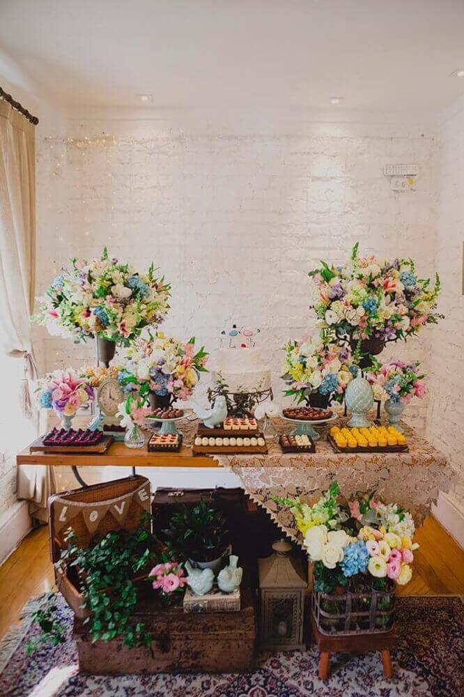 casamento simples em casa decorado com flores coloridas e toalha de renda Foto Home Decoo