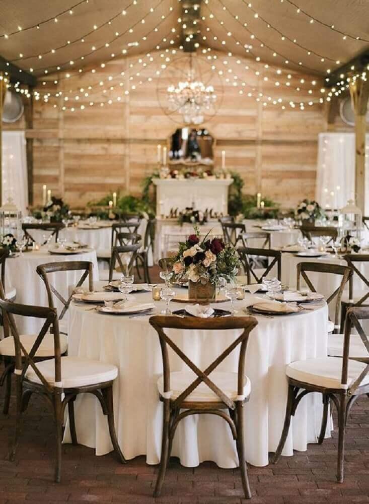 casamento simples em casa decorado com varal de lâmpadas e simples arranjos de flores Foto Variétés Guide Décor