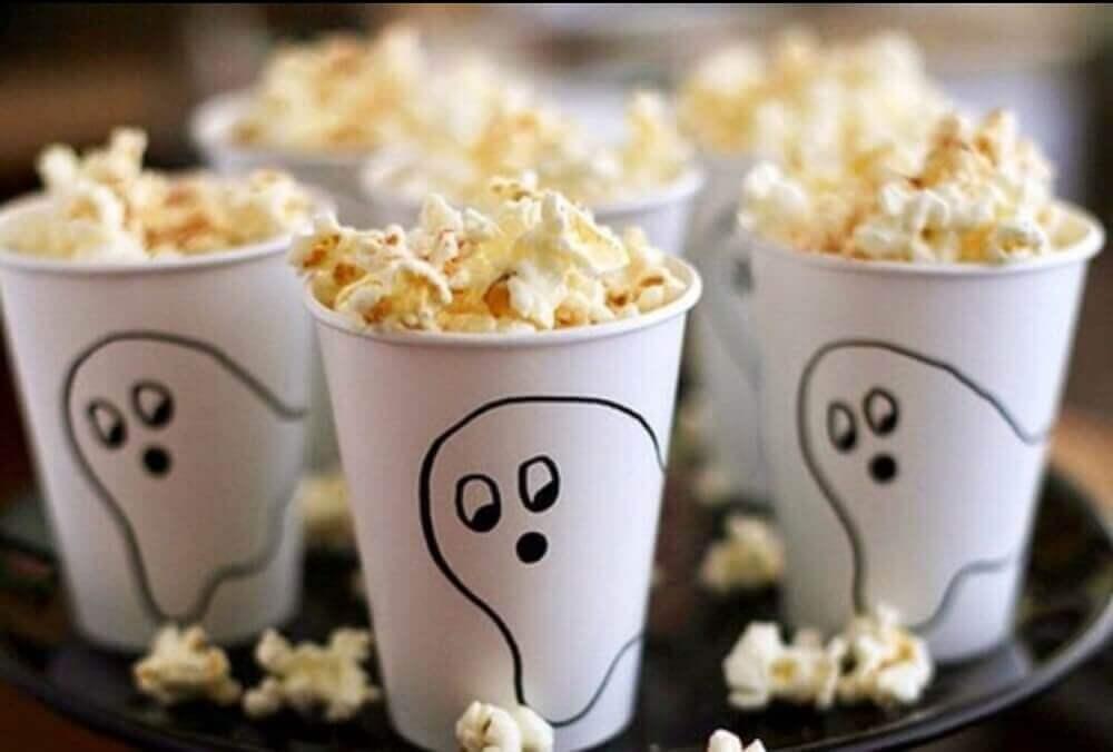 copinhos brancos decorados com fantasminha para festa de Halloween Foto We Heart It