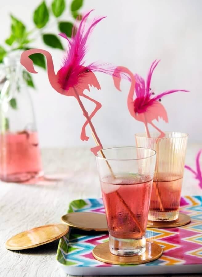 copos com canudos decorados com flamingos para festa tropical Foto Imgrum