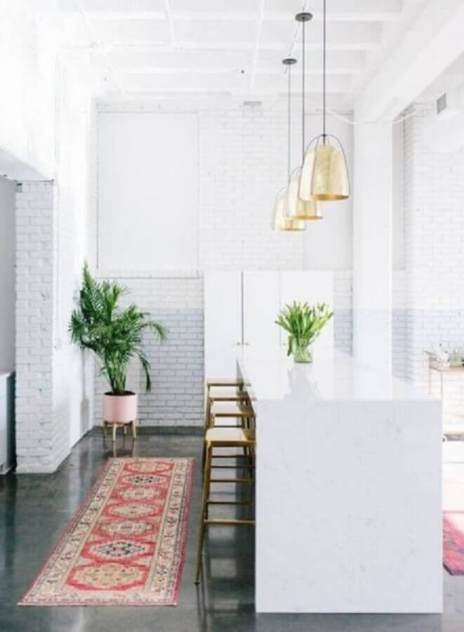 cozinha americana decorada com pendentes dourados e passadeira para cozinha estampada Foto RugKnots
