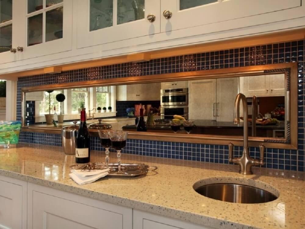 cozinha com espelho bronze e pastilhas azuis Foto Benimmulku
