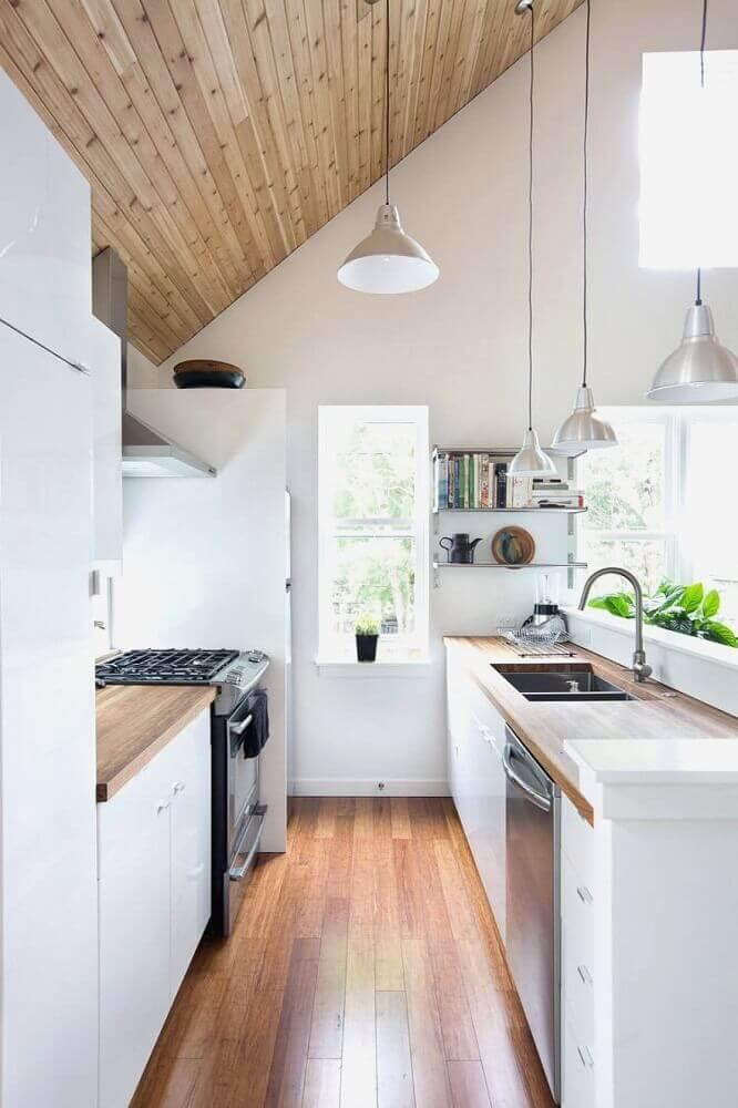 cozinha corredor com armários branco e bancada de madeira Foto Made Local Markets