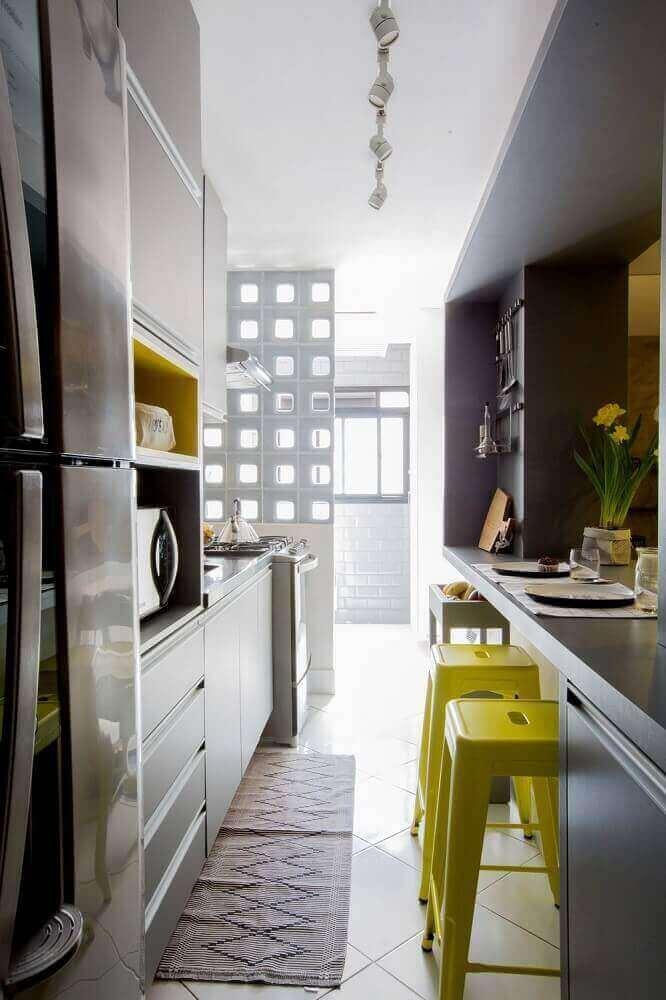 cozinha corredor decorada com tapete de barbante para cozinha Foto Adriana Diegues