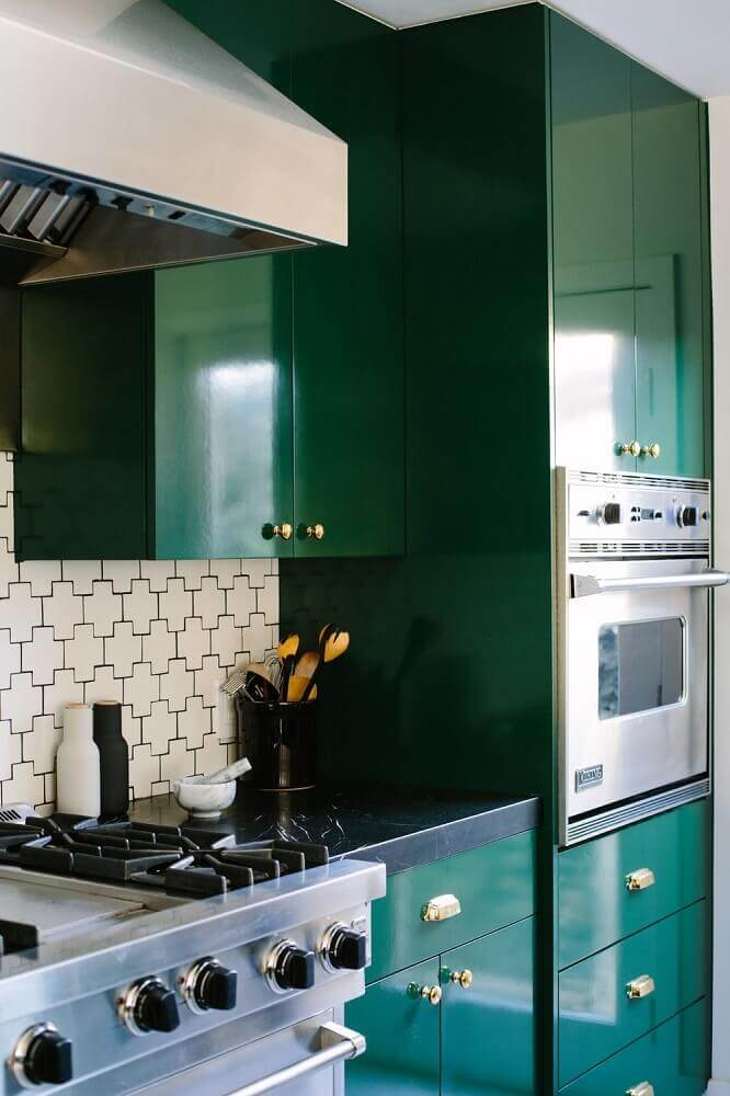 cozinha decorada com móveis laqueados em verde escuro Foto Yandex