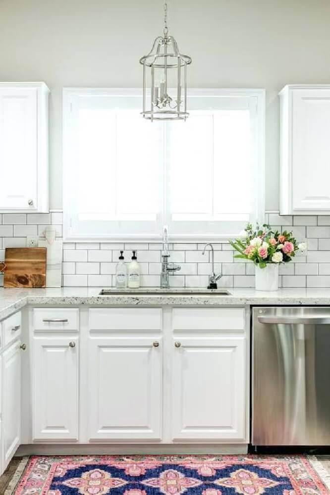cozinha planejada decorada com tapete de cozinha estampado Foto Efarquitectura