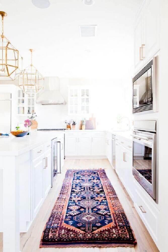 cozinha toda branca decorada com modelo persa de tapete para cozinha Foto LuvlyDecor