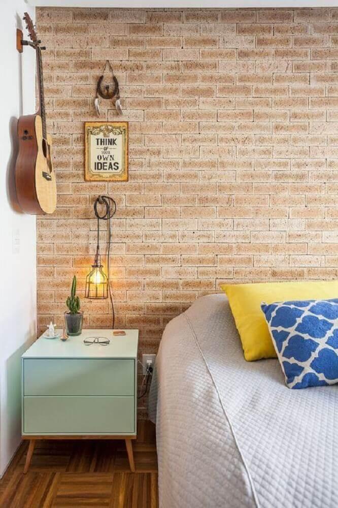 criado mudo com pés palito para quarto com papel de parede tijolinho Foto Pinterest