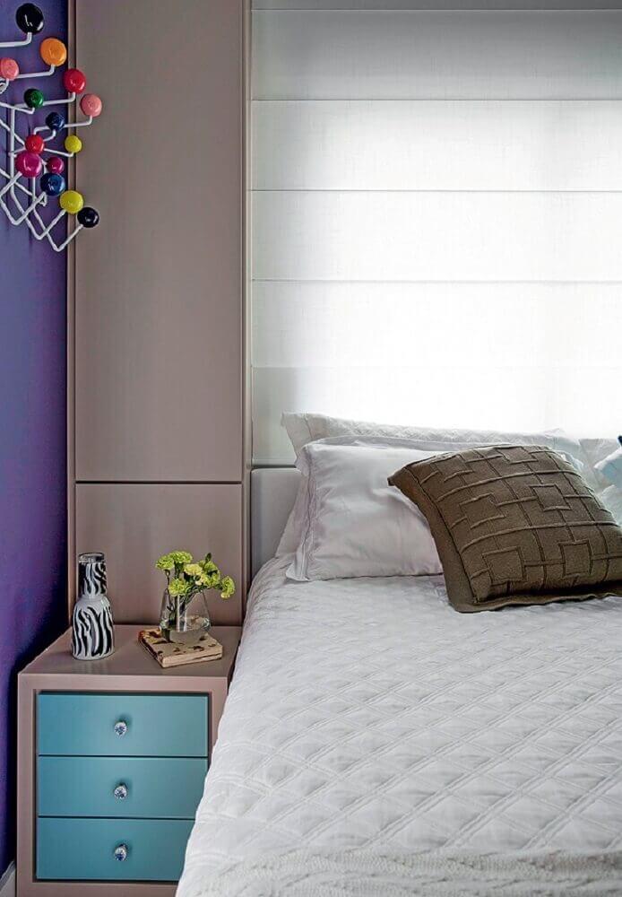 criado mudo pequeno para quarto com parede roxa Foto Engeprimus