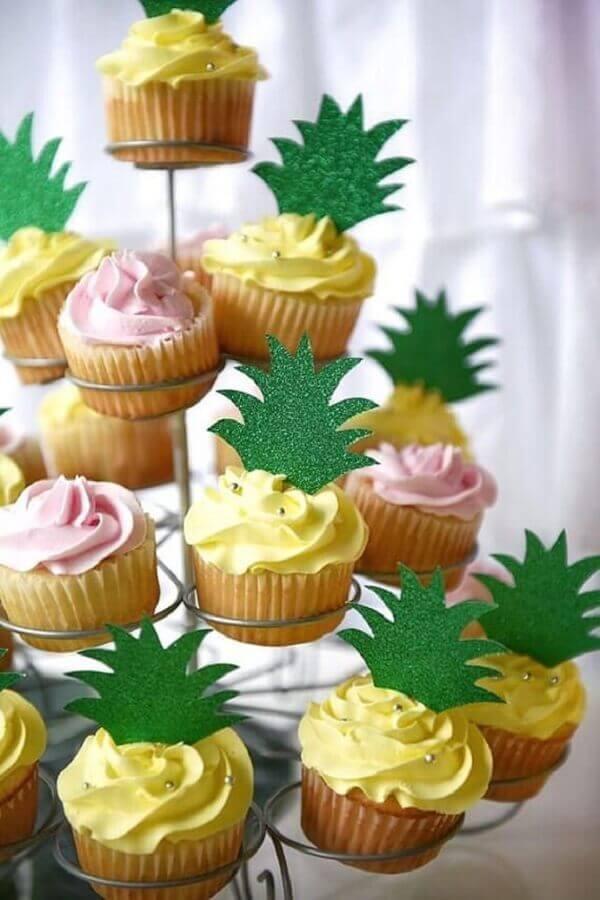 cupcake com coroa de abacaxi para festa tropical Foto Pinterest