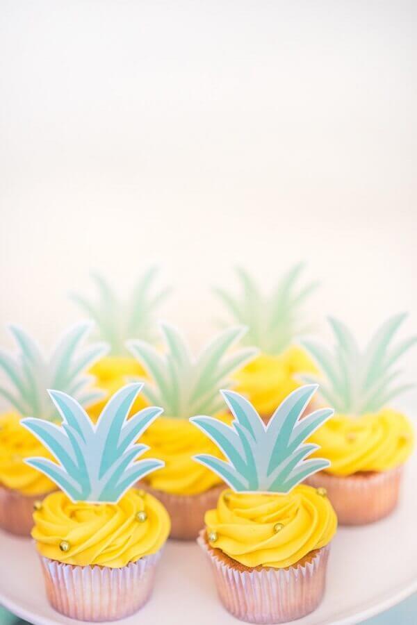 cupcake com decoração de abacaxi para festa tropical Foto Style Me Pretty
