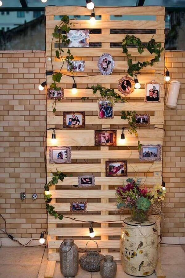 Utilize pallet na decoração de noivado para fixação dos fotos