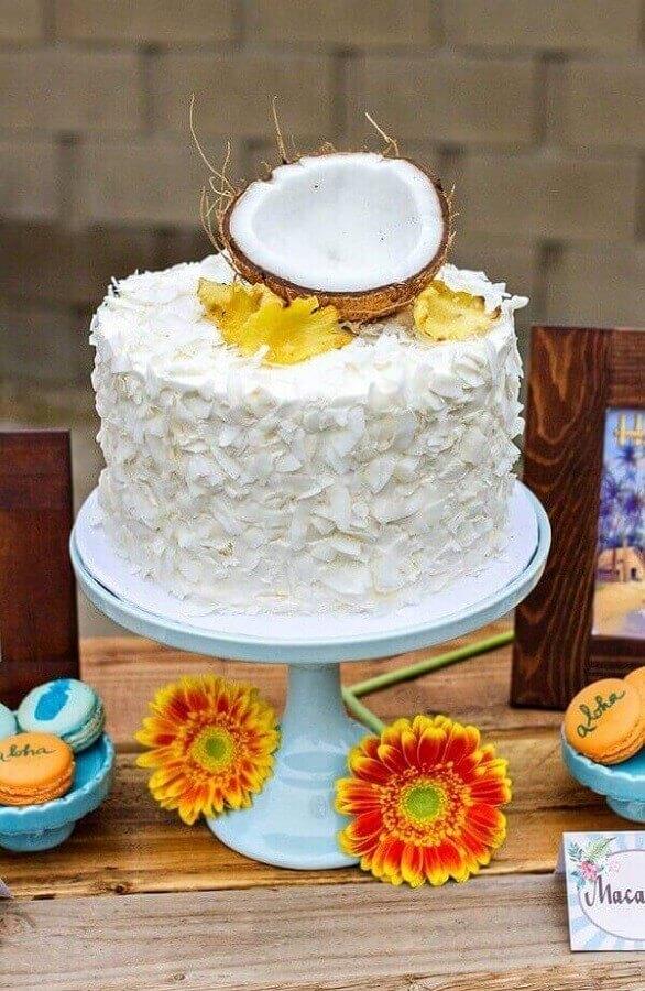 decoração bolo de festa tropical com coco no topo Foto 321achei