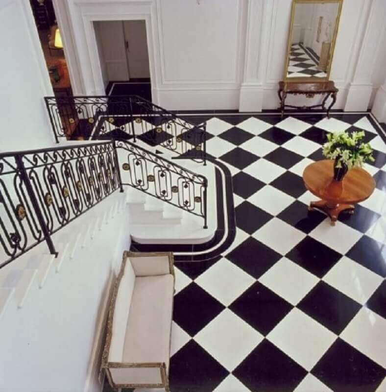 decoração clássica com piso quadriculado preto e branco e guarda corpo de ferro Foto Roberto Migotto