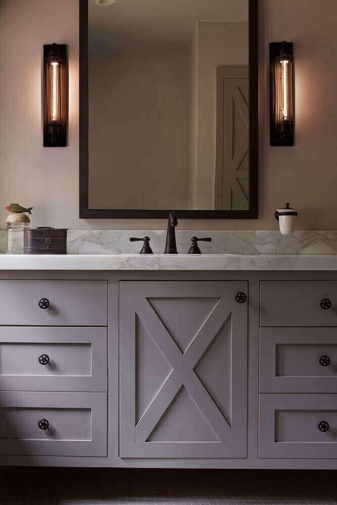 decoração clássica para banheiro com espelho bronze Foto SVM House
