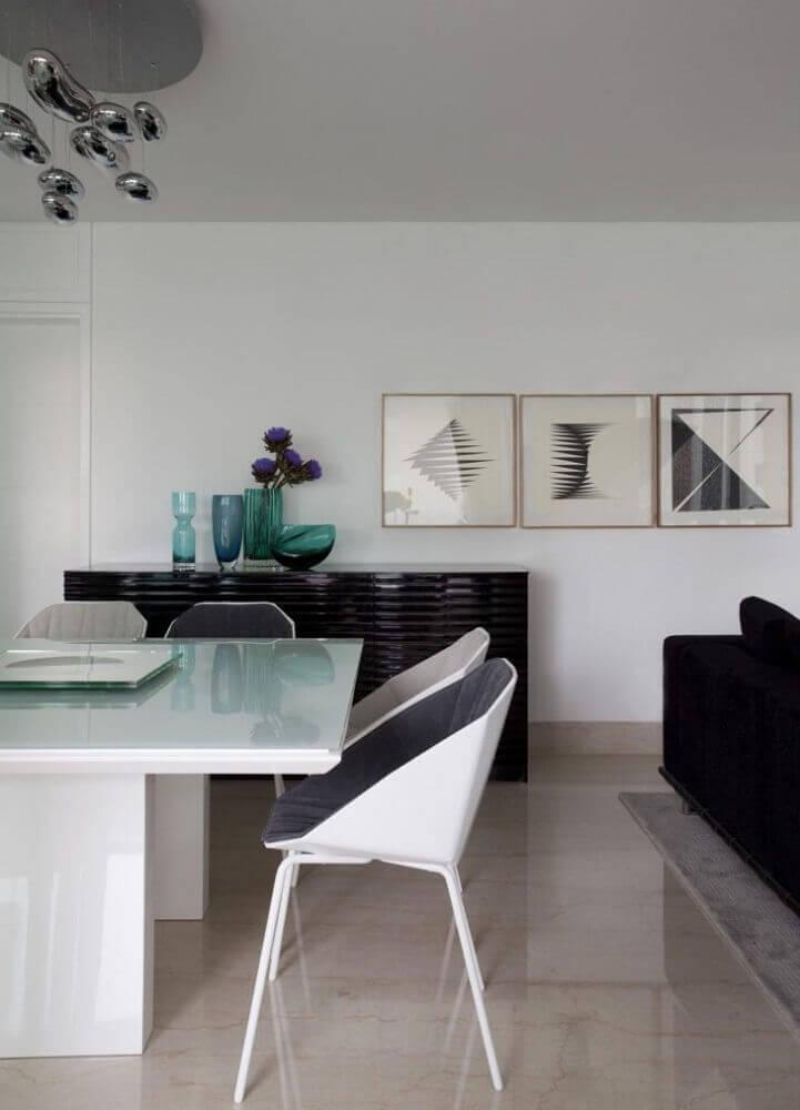 decoração clean com buffet preto e cadeiras modernas para sala de jantar Foto Érica Salgueiro