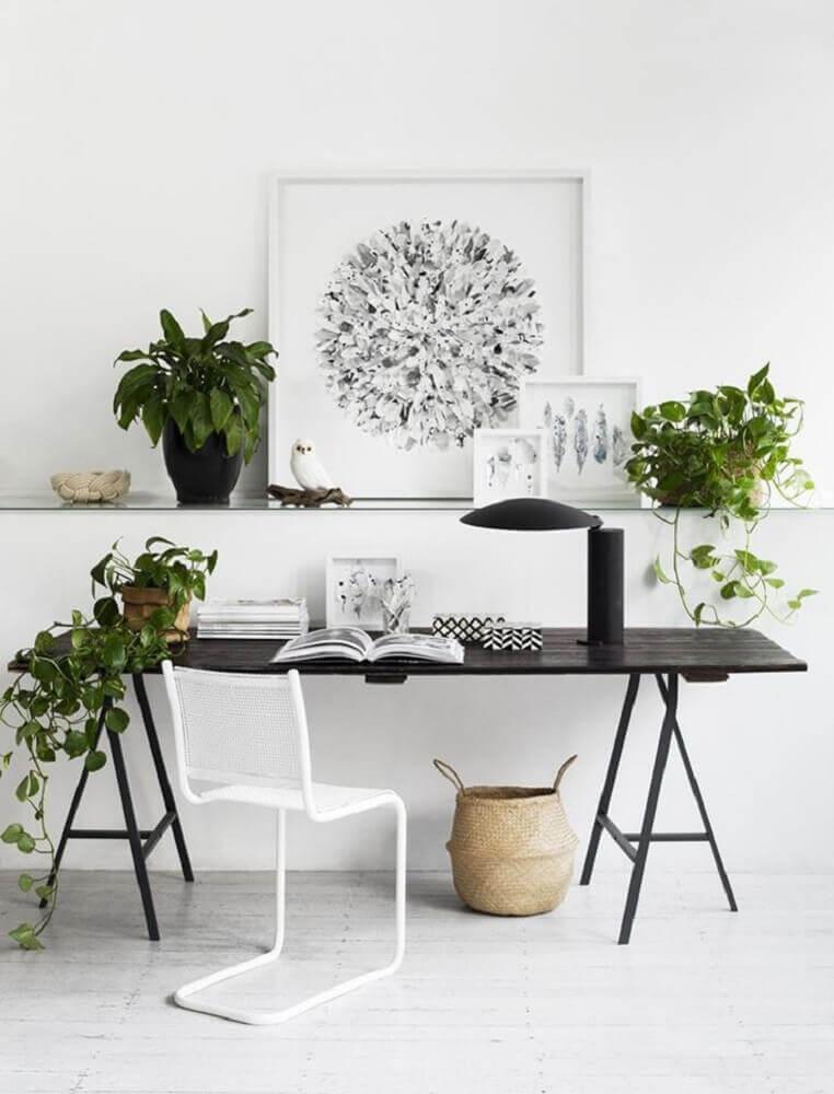 decoração clean com cadeiras modernas para escritório com bancada preta Foto Audrey Boey