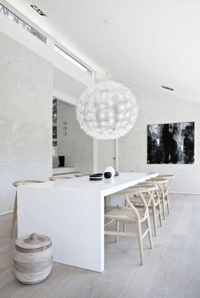 decoração clean com cadeiras para sala de jantar moderna com grande pendente sobre a mesa Foto Studia-54