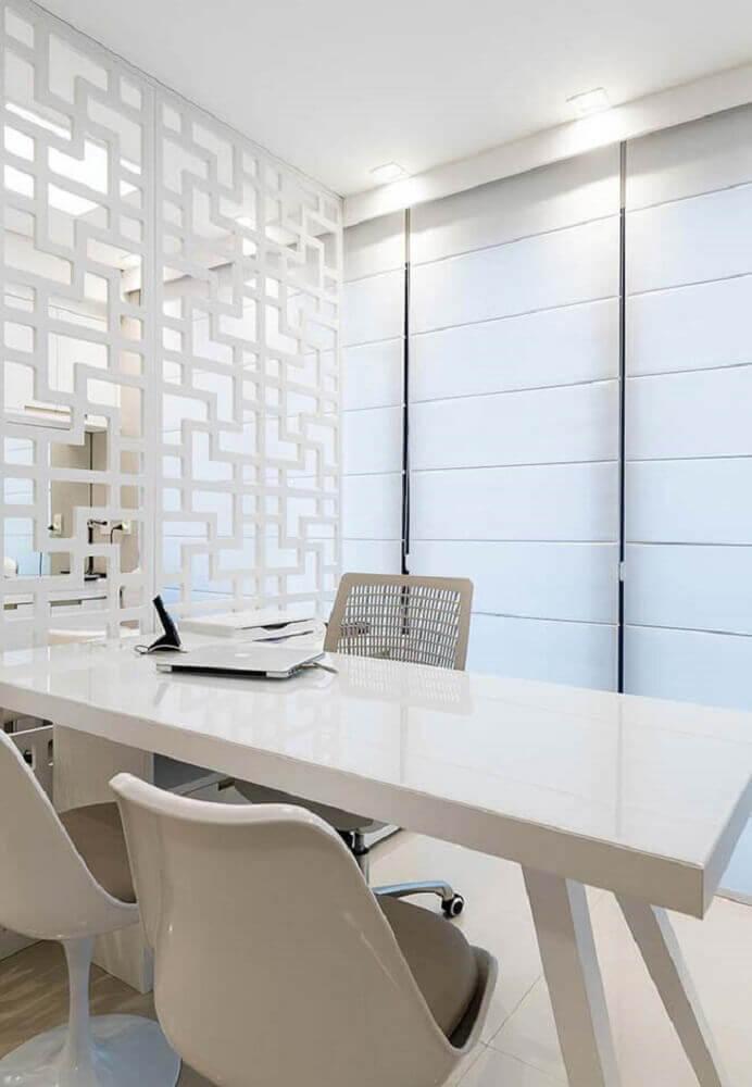 decoração clean com mesa laqueada e cadeiras de plástico modernas Foto Pinterest