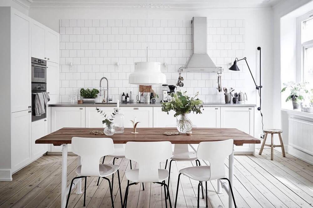 decoração clean e minimalista com cadeiras modernas para cozinha Foto Learning From Hollywood