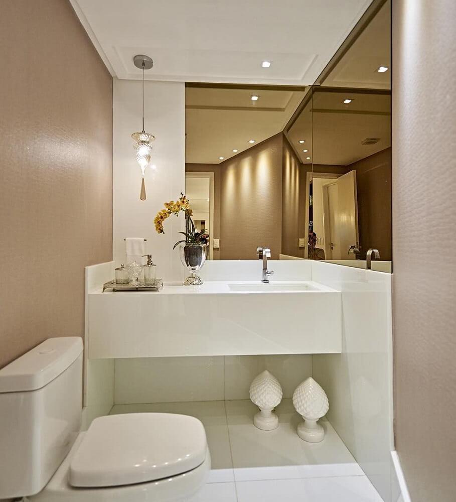 decoração clean para banheiro com espelho bronze Foto Aaron Guides